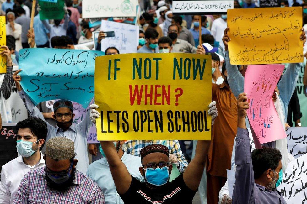 V Pákistánu místní protestují za znovuotevření škol. (7. 9. 2020)