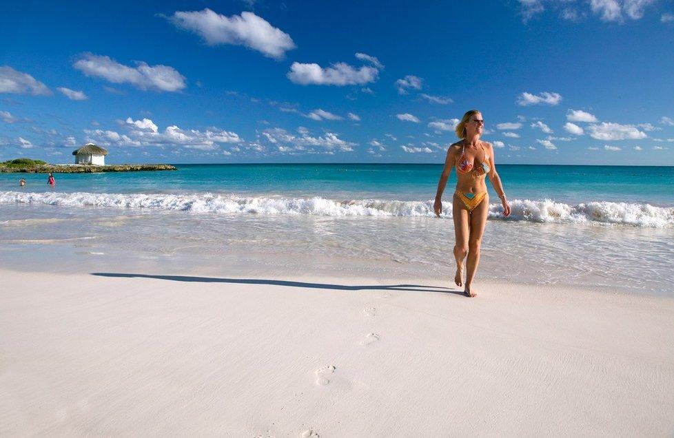 Turistka na dominikánské pláži v Punta Cana