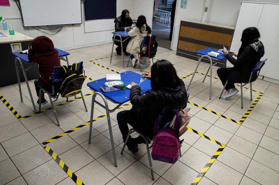 V Chile dětem ve školách pásky na zemi ukazují, který prostor je pro ně vyhrazený. (7. 9. 2020)