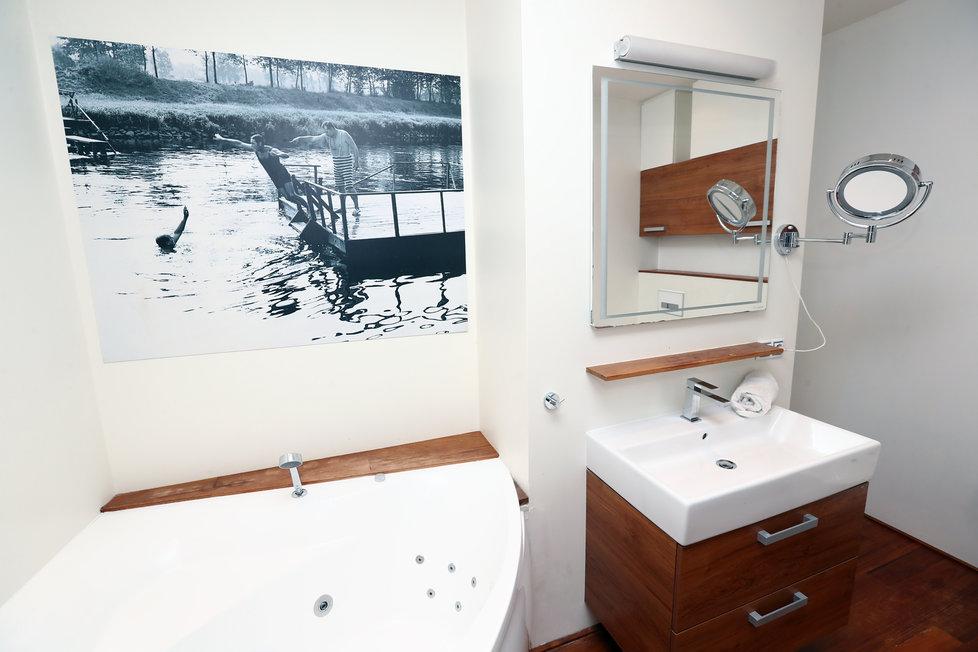 Byt Menzelových k prodeji: Koupelna s benátskými štuky.