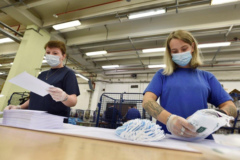 Česká pošta začala 12. září 2020 v depu v Praze-Malešicích kompletovat obálky s ochrannými pomůckami proti koronaviru.