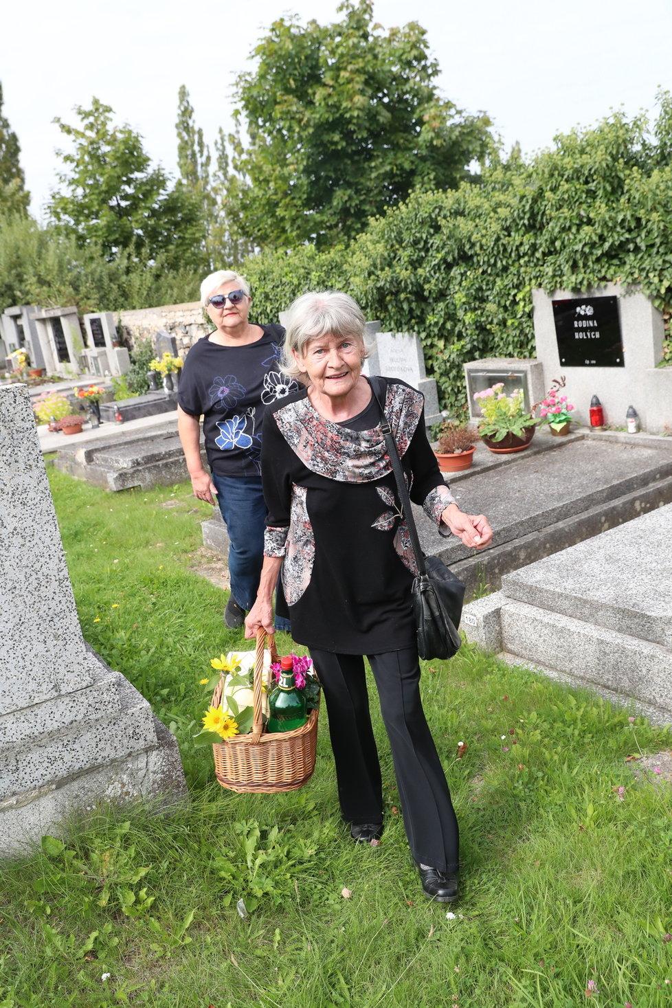 Haničincova manželka Radka na Petrově hrobě