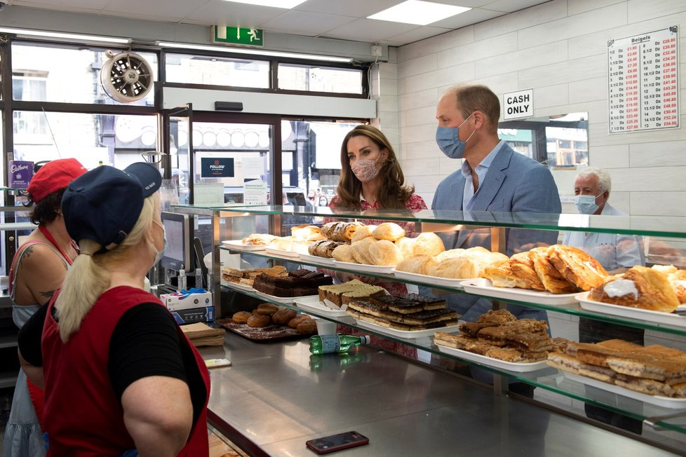 Princ William s manželkou navštívili pekárnu v Londýně. Oba nasadili roušky.