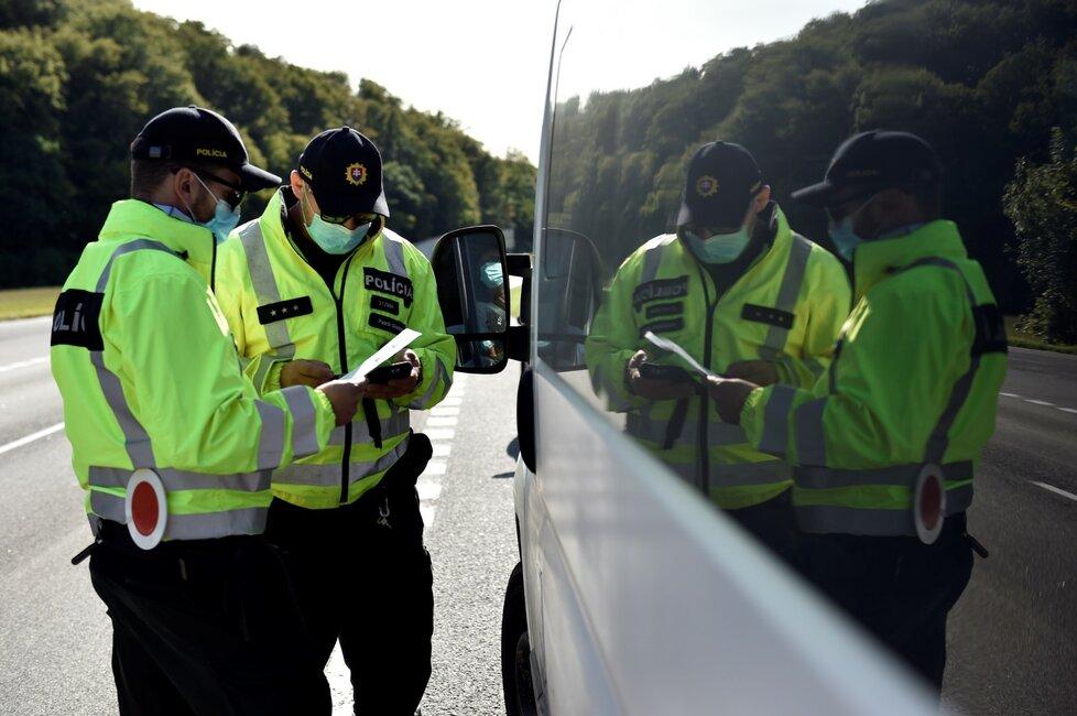 Slovenští policisté 18. září 2020 kontrolují cestující na hraničním přechodu Starý Hrozenkov - Drietoma na Uherskohradišťsku.