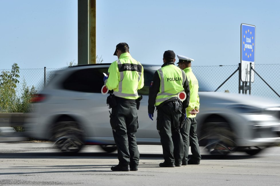 Slovenští policisté kontrolují řidiče na slovensko-českých hranicích (18. 9. 2020)