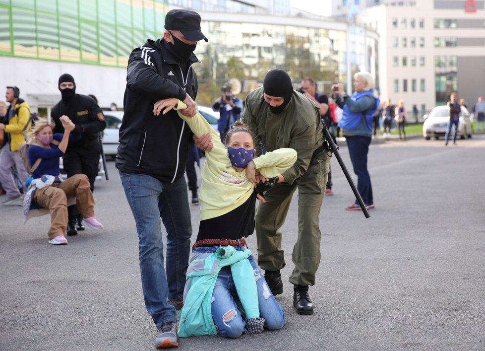Policie zadržela stovky demonstrantek v centru Minsku (19. 9. 2020).