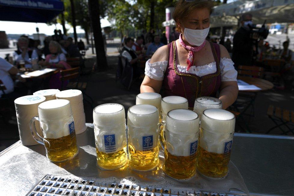 V okolí areálu oblíbeného pivního festivaluOktoberfest na Tereziánské louce jsou podniky plné. Místo zrušeného pivního stánku vyrazili nadšenci alespoň na zahrádky. (19. 8. 2020)
