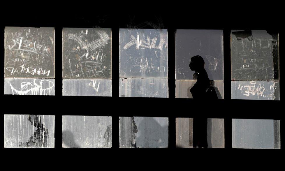Češi nosí roušku při vstupech do metra, a to i v částech, které jsou venkovní.