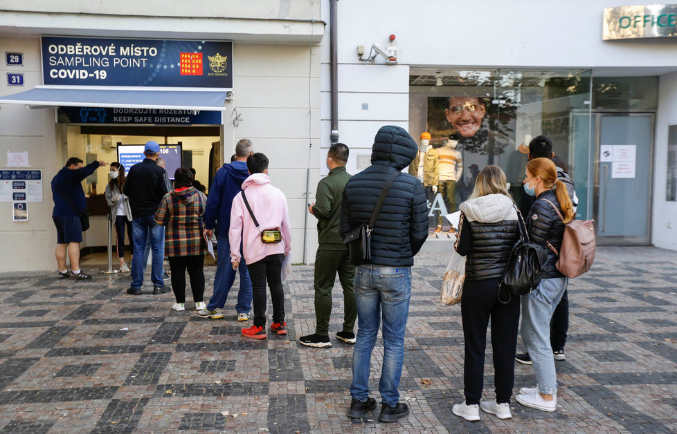 Koronavirus v Česku: Pražské fronty na testování.