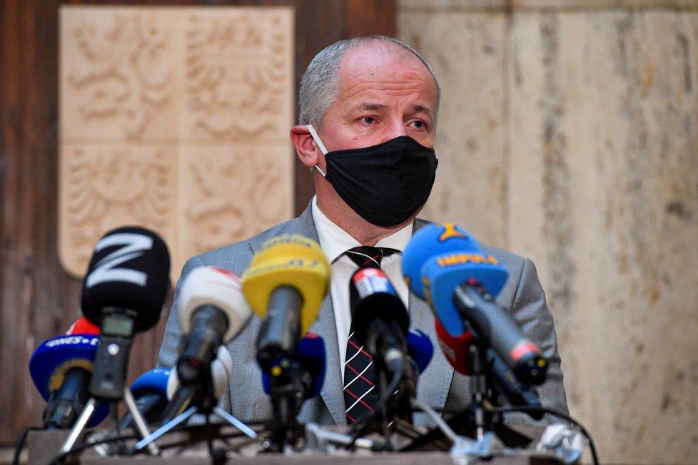 Nový ministr Roman Prymula (za ANO) během předávání rezortu zdravotnictví z rukou Adama Vojtěcha (22.9.2020)