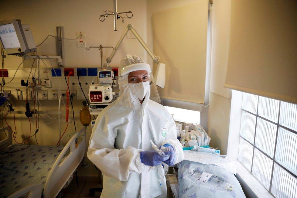 Péče o pacienty s covid-19 v nemocnici v Izraeli.