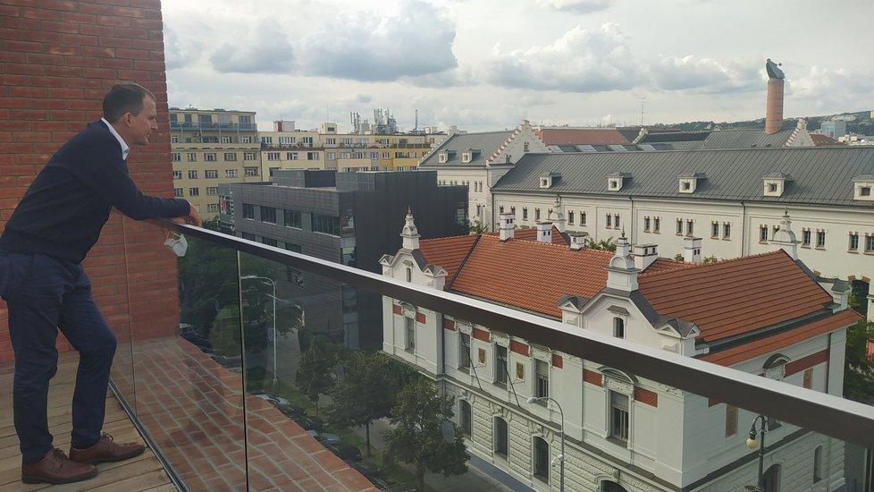 Odtud starosta Prahy 7 Jan Čižinský dohlíží na svou městskou část.