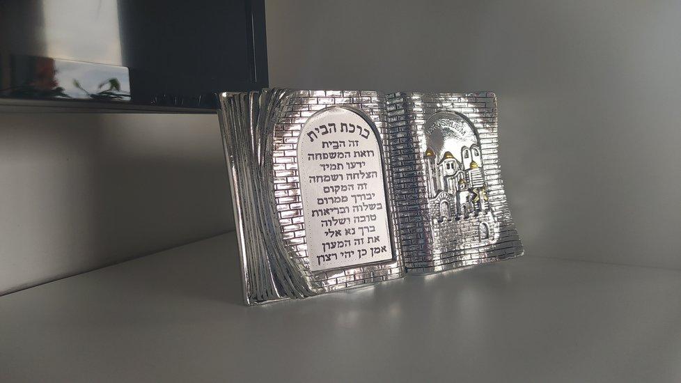 Ve své kanceláři má starosta Prahy 7 hebrejské požehnání pro dům.