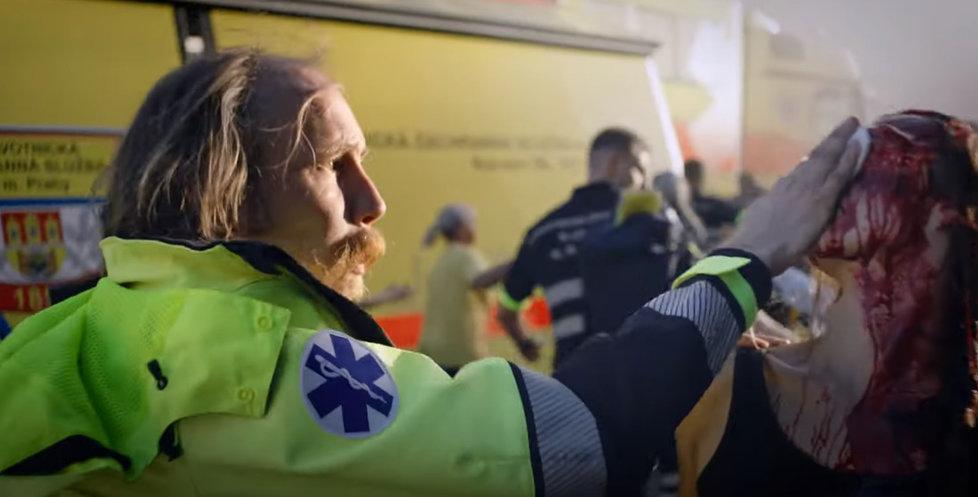 Pražští záchranáři lákají pomocí klipu nové kolegy.