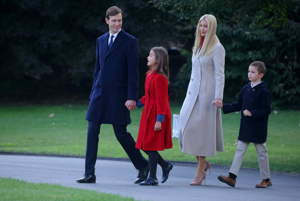 Poradkyně Bílého domu Ivanka Trumpová s rodinou.