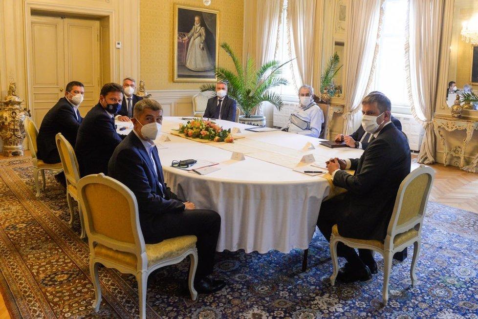 Jednání prezidenta Miloše Zemana s premiérem Andrejem Babišem, šéfem Sněmovny Radkem Vondráčkem, ministrem zahraničí Tomášem Petříčkem, ministrem vnitra Janem Hamáčkem a ministrem obrany Lubomírem Metnarem.