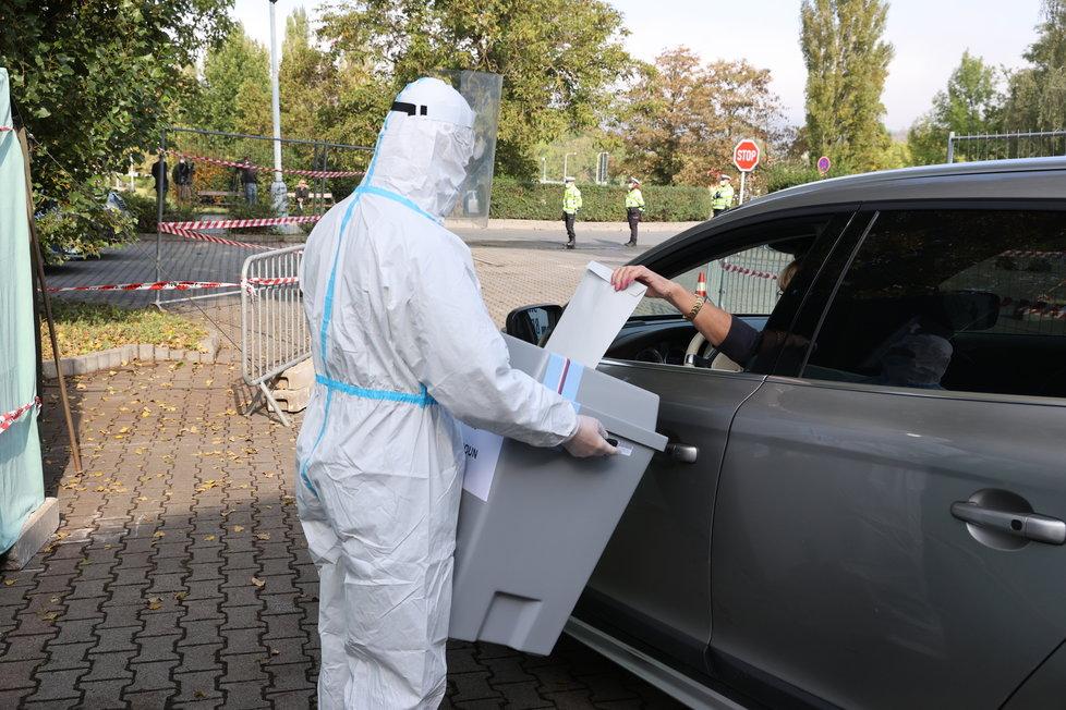 V Česku se konaly volby z auta pro lidi, kteří jsou v karanténě (30.9.2020)