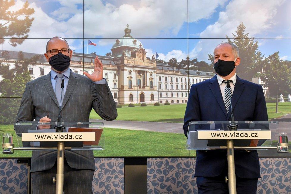 Ministr zdravotnictví Roman Prymula (za ANO) a ministr školství Robert Plaga (ANO) vystoupili 8. října 2020 v Praze na tiskové konferenci po jednání vlády kvůli novým opatřením proti šíření koronaviru.