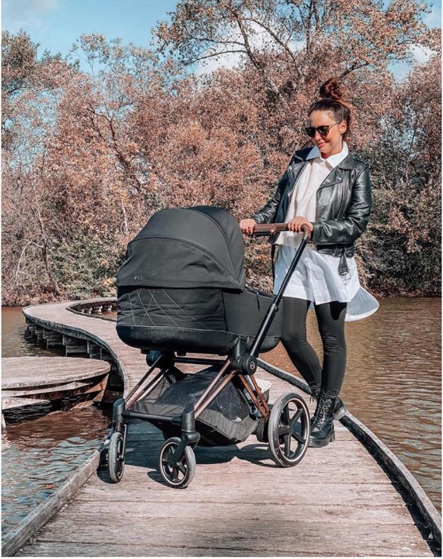 Veronika Arichteva poprvé vyvezla syna v kočárku