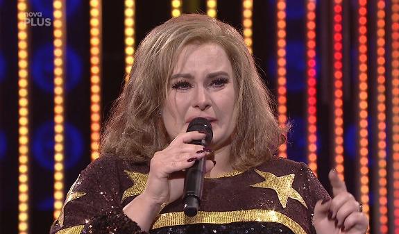 Jitka Čvančarová věnovala své vystoupení v Tváři coby Adele zesnulé Makulce, která bojovala s nemocí motýlích křídel