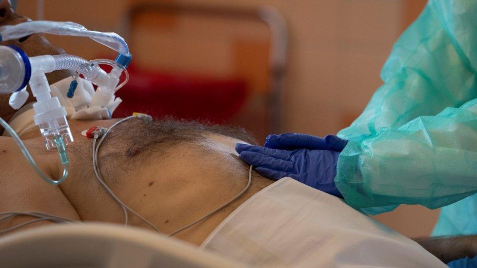 Oddělení na klinice anesteziologie, resuscitace a intenzivní medicíny ve Všeobecné fakultní nemocnici v Praze, kde ošetřují pacienty s koronavirem (12. 10. 2020)