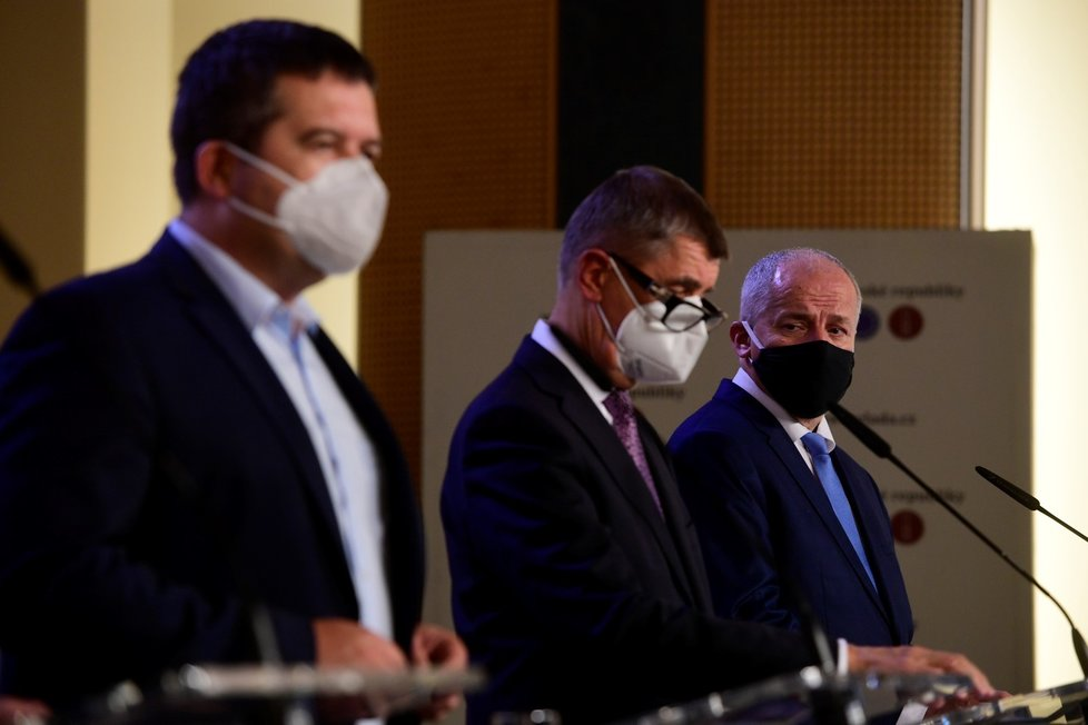 Tisková konference po jednání vlády (12. 10. 2020): Zleva Jan Hamáček (ČSSD), Andrej Babiš (ANO) a Roman Prymula (za ANO)