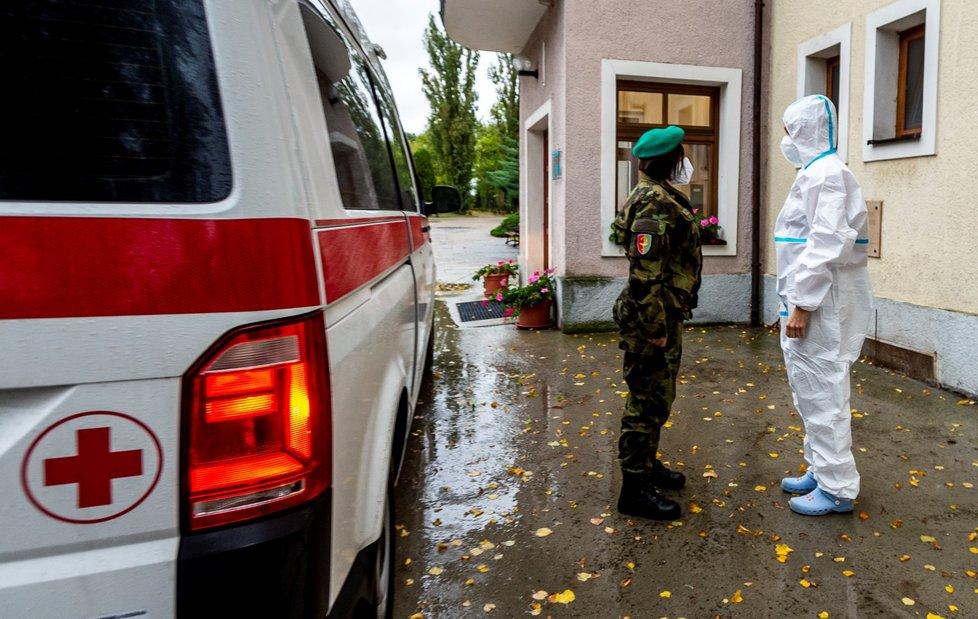 Otestovat zhruba 100 lidí přijela 14. října 2020 armáda do Diakonie v Krabčicích u Litoměřic, která provozuje domov pro seniory a lidi s Alzheimerovou nemocí.