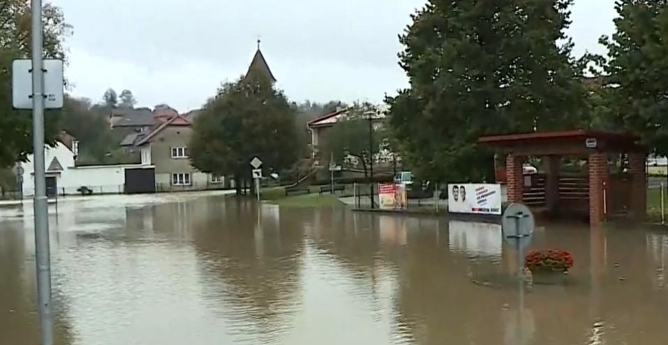 Rozvodněná Bečva v obci Ústí na Přerovsku. (14.10.2020)