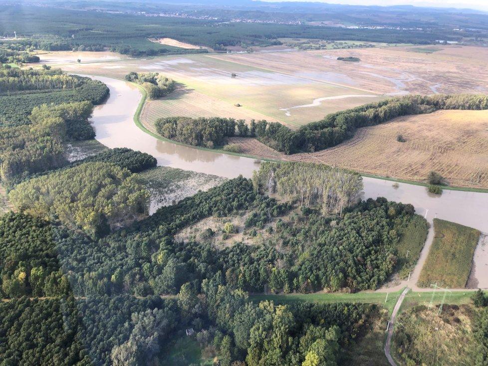 U Strážnice se řeka Morava vylila do polí a do lesů Doubravy.