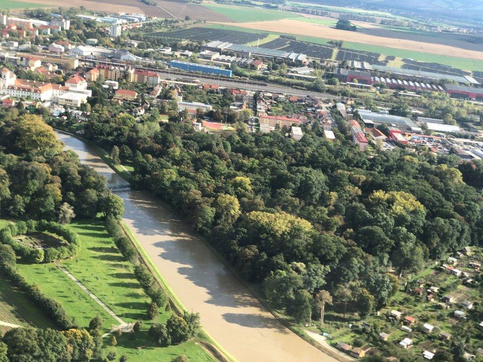 Plné koryto řeky v zámeckém parku ve Veselí nad Moravou.