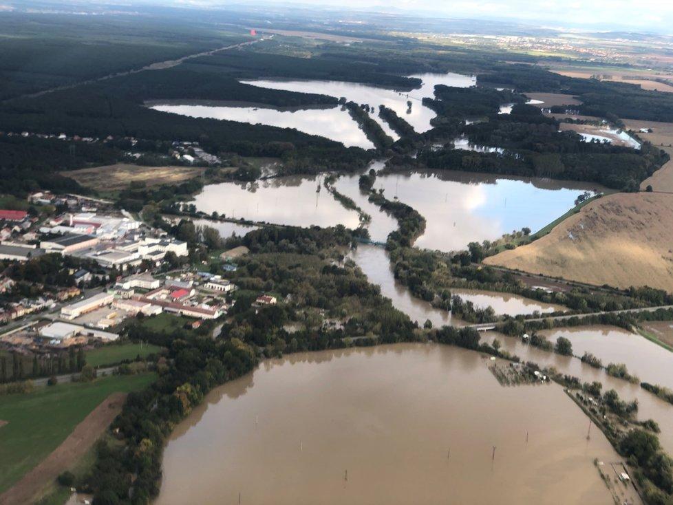 Morava zcela zaplavila pole, louky a lesy u Rohatce na Hodonínsku.
