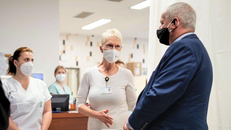 """Ministr zdravotnictví Roman Prymula na """"přepadové návštěv"""" kladenské nemocnice (16.10.2020)"""