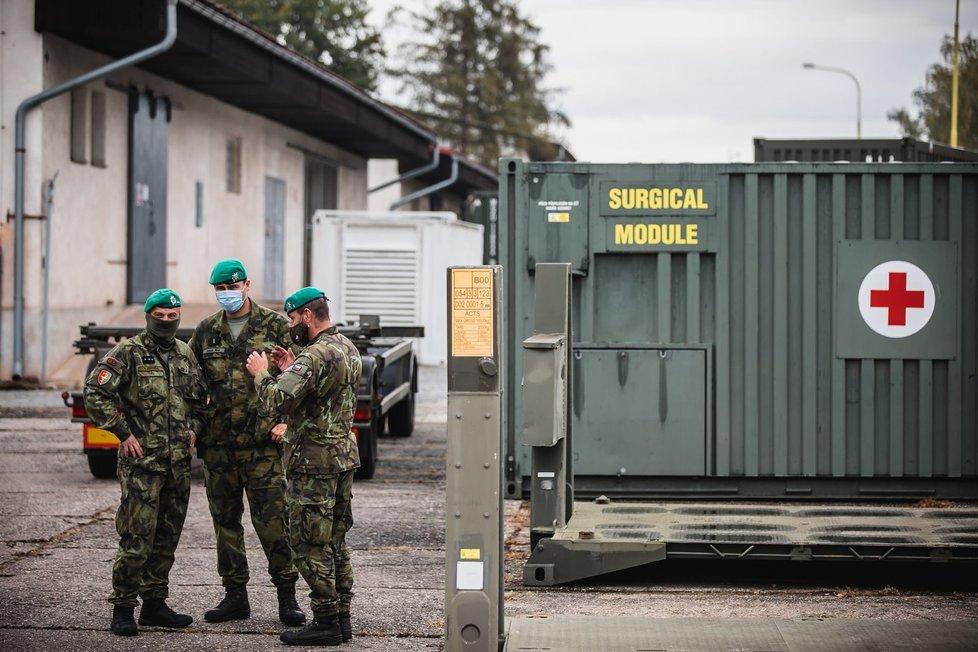 Vojáci Armády ČR připravují stavbu polní nemocnice v pražských Letňanech. (17.10.2020)