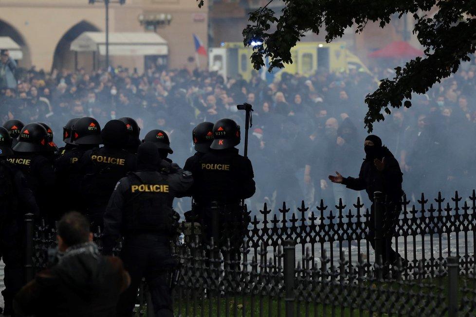 Na Staroměstském náměstí v centru Prahy protestovali 18. října 2020 fotbaloví fanoušci proti vládním nařízením v souvislosti s koronavirovou pandemií.