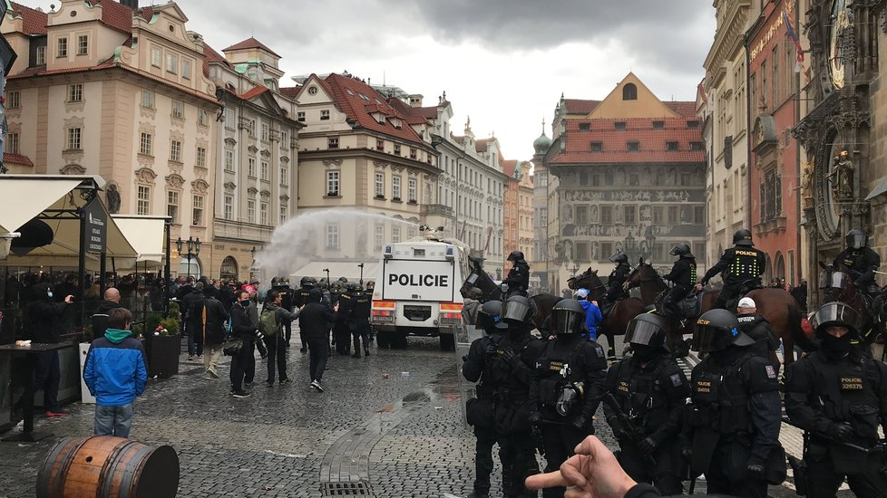 Demonstrace proti vládním nařízením spojeným s pandemií koronaviru se na Staroměstské náměstí zvrhla v násilnosti.