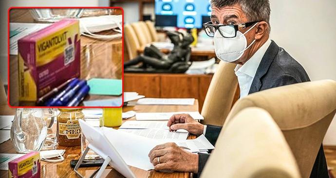 Andrej Babiš má na stole doplněk stravy s vitaminem D