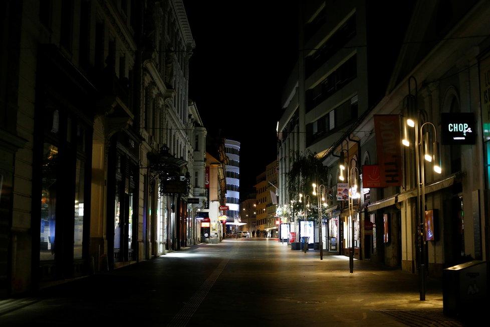 Koronavirus ve Slovinsku: Slovinci zavedli večerku, od 21:00 do 6:00 platí zákaz vycházení.