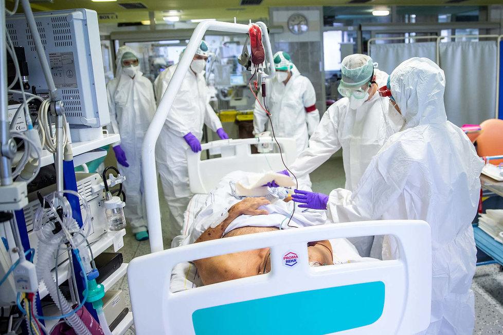 Boj s koronavirem v nemocnici v Náchodě.