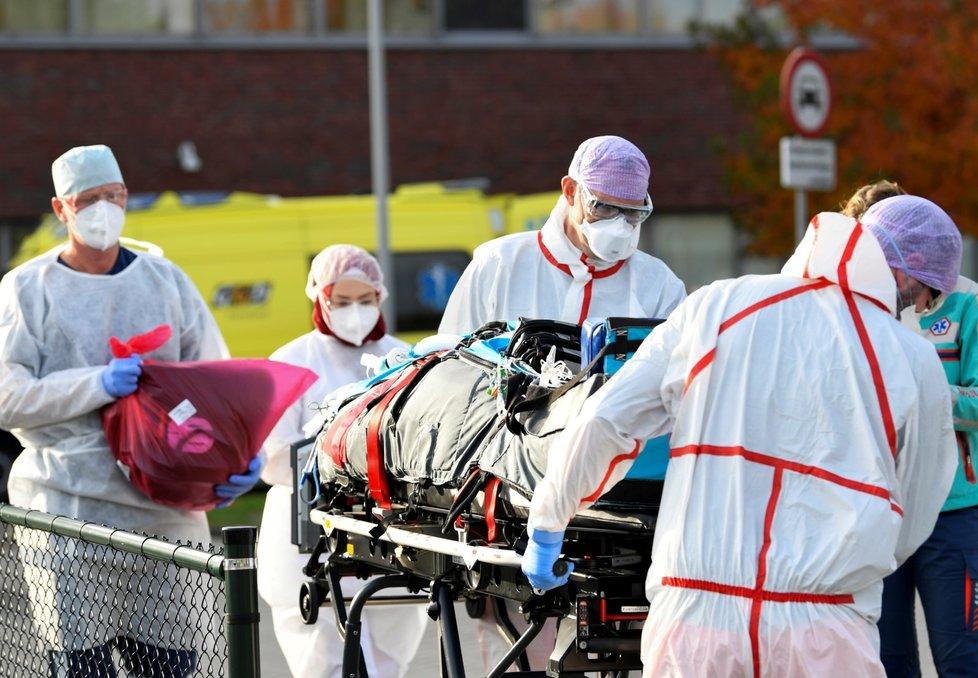 Německé nemocnice přijímají pacienty ve vážném stavu z Nizozemska. Podobně Němci pomáhali na jaře přetíženým nemocnicím v Itálii.