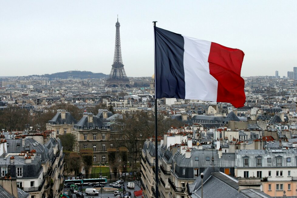 Eiffelova věž, jeden z hlavních turistických cílů v Paříži, zažívá kvůli pandemii covidu-19 drtivý propad návštěvnosti.