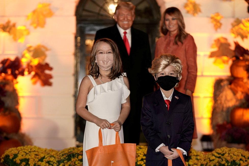 Prezident USA Donald Trump s manželkou Melanií během oslav Halloweenu, (26.10.2020). Jedna dvojice dětí se převlékla za první dámu a prezidenta.