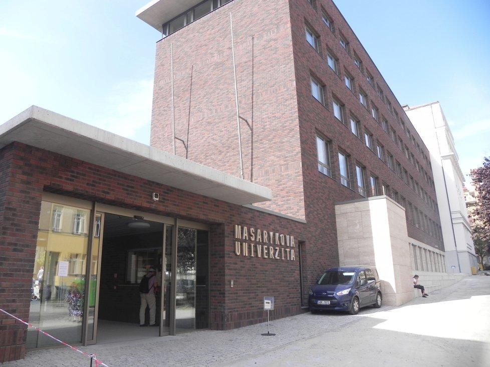 Vedení Masarykovy univerzity v Brně vyzvalo v pondělí zaměstnance, pedagogy i studenty k zodpovědnosti při boji proti covid-19.