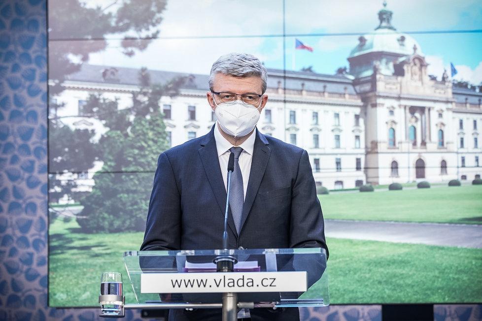Ministr průmyslu, obchodu a dopravy Karel Havlíček (za ANO) na tiskové konferenci po jednání vlády (21.10.2020)