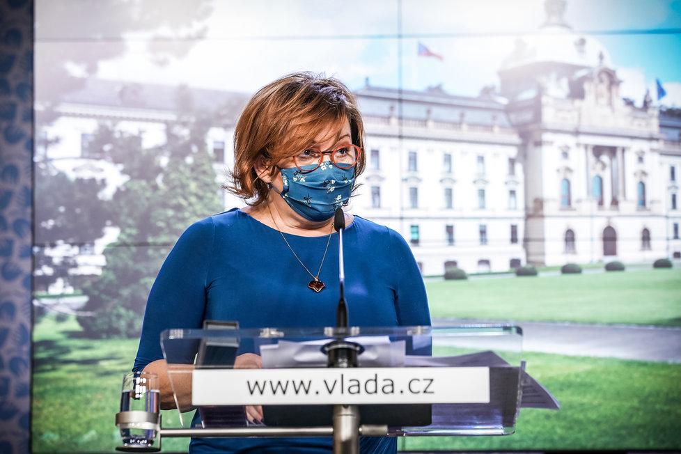 Ministryně financí Alena Schillerová (za ANO) na tiskové konferenci po jednání vlády. (19.10.2020)