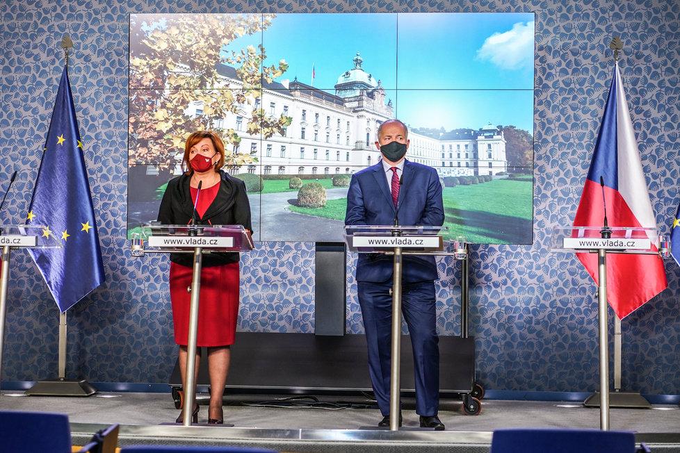 Ministryně financí Alena Schillerová (za ANO) a ministr zdravotnictví Roman Prymula (za ANO) na konferenci po jednání vlády. (16.10.2020)