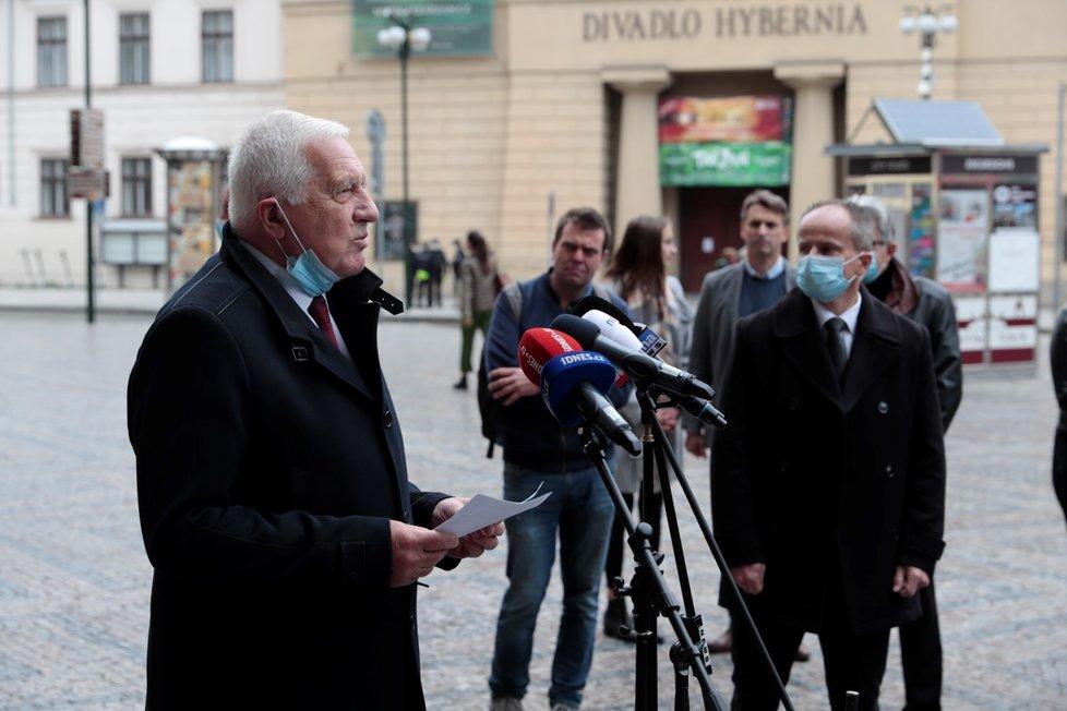 Bývalý prezident Václav Klaus si připomněl vznik samostatného Československa u Obecního domu v Praze. Na rozdíl od svých spolupracovníků si sundal roušku (28. 10. 2020)