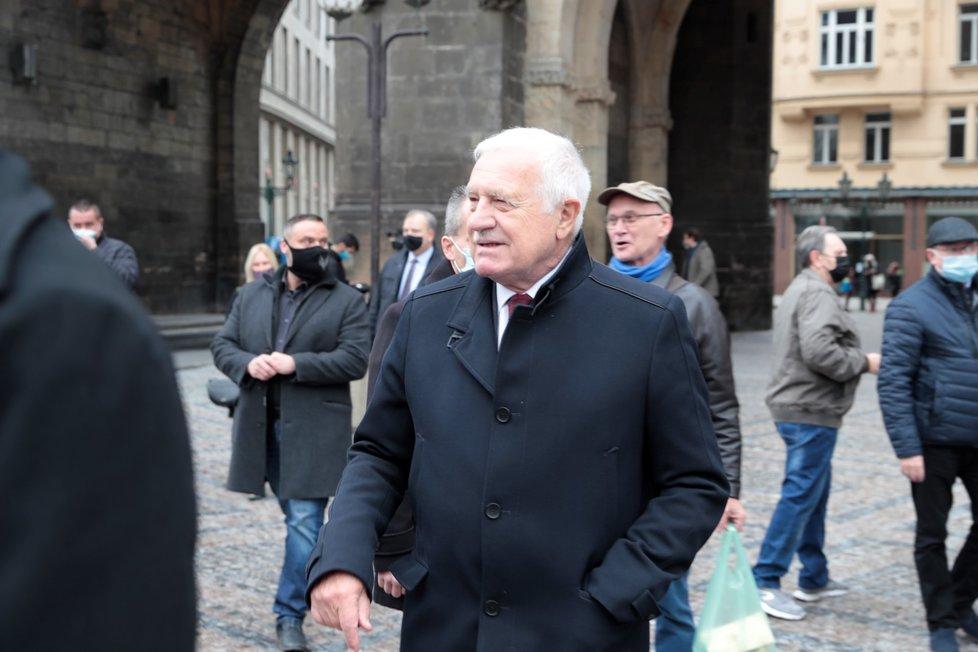 Na Náměstí Republiky se schází lidé před plánovanou demonstrací proti vládním opatřením. Zavítal mezi ně i bývalý prezident Václav Klaus.