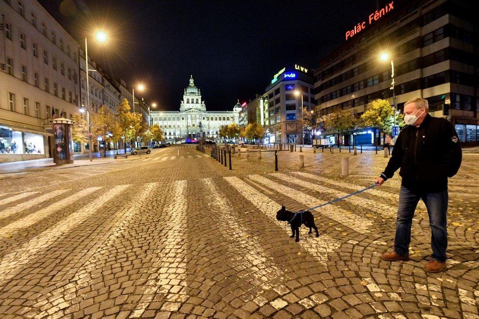 Zákaz nočního vycházení v Česku. Bez neodkladného důvodu nebo psa lidé nesmí ven mezi 21:00 a 4:59. (28. 10. 2020)