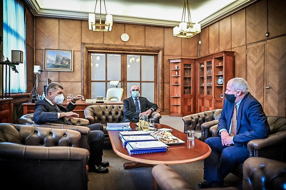 Premiér Andrej Babiš uvedl do funkce nového ministra zdravotnictví Jana Blatného. Úřad svému nástupci předal odstupující ministr Roman Prymula. (29. 10. 2020)
