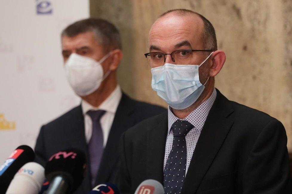 Premiér Andrej Babiš (ANO, vlevo) a ministr zdravotnictví Jan Blatný (za ANO) na úvodní tiskové konferenci (29. 10. 2020)